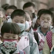 Niños chinos con máscara 180